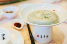 泰州早茶,吃一份气定神闲 泰州人吃早茶,不仅注重味道,而且讲究消遣,吃的,就是那份气定神闲。古月楼的
