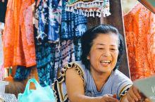 泰国出镜率最高的水上市場-丹嫩沙多水上市场。 来来往往的船户和游客创造了一个神奇的画面。在水上市场可