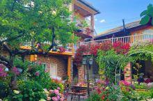 云南丽江地道的美式乡村生活。在快要离开云南的前几天,去了求婚圣地束河古镇的听花堂。一个美到你窒息的网