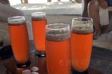 一杯橘红色酸甜沁脾的欢迎果汁,拉开了我们在魔富士岛6天璀璨生活的序幕。 嫩绿湛蓝相间的海水清澈见底,