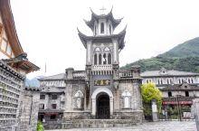 在磨西古镇闲逛,会看到一个民国风的建筑,非常漂亮。 不过要是没看字,还真不知道这个飞檐翘角的建筑居然
