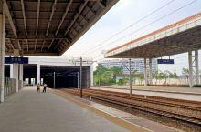 东莞市火车站,在石龙这边,地级火车站,功能齐全,有二层候车大厅,火车站经过升级改造,可以停靠CD开头
