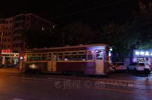 大连201路公交车充满了怀旧气思,车内是木质座椅,行驶过程中,车辆发出叮叮当当的声音,坐在车上,仿佛