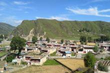 八美来了很多次,第一次走进小镇口的雀儿村,石板路通往的小山坡,远眺整个镇。