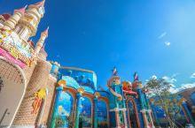 在大西北看海是怎样的一种体验? 在西宁的童梦乐园,有一个海洋王国,里头就能感受到纯净澄澈的大海。 各
