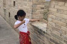 暑假里,爸爸妈妈带我去大西北旅行,途中参观了大名鼎鼎的历史名城~嘉峪关。她是我们中华民族开拓进取的见