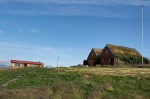 冰岛维克小镇的黑沙滩,黑的一尘不染。是一个安静祥和美丽的小镇。小镇后面是一望无际的大海 远处的教堂,