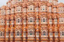 斋普尔被称为粉色之城,因为以前的王喜欢粉色,所以老城区的房子全部被刷成了粉色,这个在主街上的风之宫是