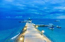 菲律宾宿务岛,海水清澈透明,即使在一个小小的游人码头都能拍出人间仙境般的景象,不算高大的灯塔指引着当