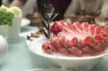 蹭的一下到了宁夏,第一顿饭吃的就是各种羊肉,据说这羊肉是滩羊肉,尝了一口觉得这羊肉果然名不虚传,没有