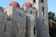 靠近Palazzo dei Normanni,建于12世纪,以显眼的红色穹顶著称。典型的阿拉伯—诺曼