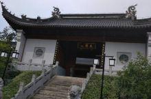 东山景区之太傅祠  东山景区快到山顶国庆寺牌坊的地方,有一个太傅祠。 太傅祠门口一块大大的东山再起石