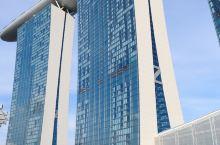 也许,这里便是红尘中一二等的富贵风流之地了。  滨海湾金沙酒店,这座号称全世界造价最昂贵的酒店。它就
