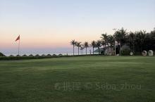 海棠湾的风景优美。度假胜地名不虚传。 高高的椰子树,蓝蓝的天空,潺潺的水声,细细的沙子,红红的晚霞,