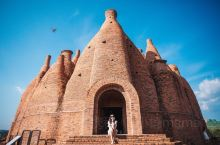 """少为人知的云南~弥勒东风韵庄园,一个值得你前来打卡的地方。这些红砖城堡被称之为""""万花筒""""的艺术建筑,"""