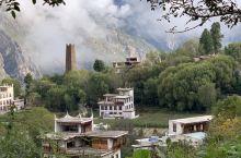 中国最美村落:丹巴藏寨,一幢幢古碉与周围茂密的树林,清澈的溪流,皑皑的雪峰一起构成一幅幅田园牧歌式的