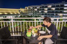 夜色中的三亚,坐在阳台上吹风,还有水果大餐的陪伴。 叫个猩猩最近在 三亚 很火爆啊,很多朋友都推荐,
