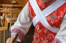 脸盆大的碗,里面竟然有松茸、野菊花、天麻,这才是真正的云南过桥米线。