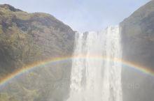 冰岛最有名的瀑布,虽然天空布满乌云,但是就是那一瞬间的阳光投射,让整个瀑布变得绚烂无比。大自然的美丽