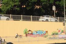 沪闵路莘建路到中春路隧道的新颜,一边隧道的墙壁是梅花和鸟,因为梅花是莘庄的一张名片,另一边的墙壁是色