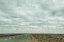 阿拉善挖沙葱  雅山一级公路起点在阿拉善右旗的雅布赖镇,终点是甘肃山丹。 这条公路120公里,但是非