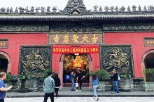大慈寺的卡通和尚 千年古刹成都大慈寺地处成都最繁华的地段,太古里的现代气息与大慈寺的古朴典雅和谐相融