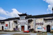霞山村,位于开化县马金镇,古称九都,曾是开徽古道必过驿站,更是开杭水路核心埠头。旧时,这里繁花似锦,