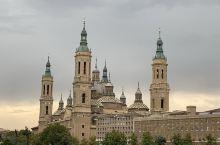 西班牙萨拉戈萨皮拉尔广场,因广场上的皮拉尔圣母大教堂而得名。教堂里至今还保存着公元40年圣母玛丽亚显