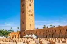 马拉喀什的库图比亚清真寺是摩洛哥最古老、最精美的清真寺之一。 它建于公元11世纪,有垂直于麦加朝圣方