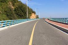 东山岛环岛公路,计划中本想租一辆电动车去环岛路的,但看天气预报气温30摄氏度,所以放弃了。(住的民宿