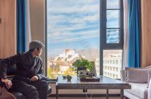 拉萨也有柔软的一面,特别是当你入住一间景观绝美的酒店,拉开窗帘,窗外的西藏标志性建筑布达拉宫便在眼前