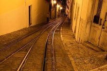 夜色下的里斯本。陡长的斜坡和古老的叮叮车。