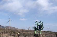 河北省张家口市怀来县,张家口市的风力发电项目也很多,随处可见高大的风机。怀来县也是长城干红的产地,到