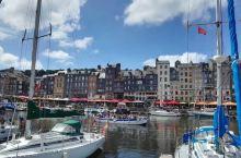 美丽的翁弗勒尔。位于法国西北的诺曼底海边,是度假的好地方,从码头上停放的游船就能说明一切,此地风景如