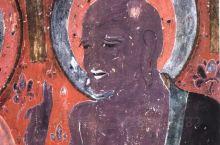 敦煌壁画上的人,个个是戏精。 敦煌艺术和其他佛教艺术最大的不同就是,敦煌石窟里的人物形象往往有着生动