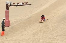 来到鸣沙山怎么能不体验一下滑沙的乐趣