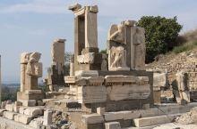 土耳其的以弗所古城遗址是最令人震撼的一座古城,也是目前保存较为完整的古城遗址,这座城市在鼎盛时期拥有