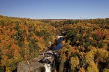 位于加拿大魁北克附近的圣安妮大峡谷,是魁北克周边比较有名的景点,也是枫叶季的赏枫佳地,在这里一共有三