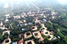 """地坑院也叫天井院,地坑院,当地人称为""""天井院""""、""""地阴坑""""、""""地窑"""",是古代人们穴居方式的遗留,被称"""