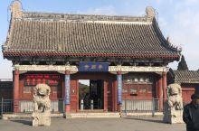 奉国寺,现存辽代三座寺院之一,建寺999年,大雄宝殿内并列7座大佛,也是中国最大的大雄宝殿。偶遇了两