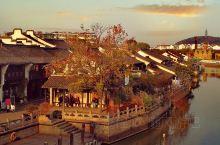 海宁市区硖石,一个千年古镇,已发展成为现代化的中等城市。这里有着深厚的文化底蕴,王国维、徐志摩、金镛