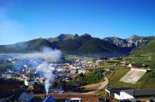 郎木寺镇是甘肃甘南藏族自治州碌曲县和四川阿坝藏族羌族自治州若尔盖县共同下辖的一个小镇,白龙江穿镇而过