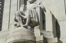 在西班牙马德里市最热同的河塞安东尼奥大街的北面,有个因为建有塞万提斯纪念碑和唐吉词德塑像而闻名于世的