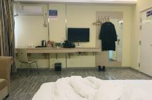 睡了一晚觉得很不错,房间很大也很漂亮很干净,没有异味,床也很大很舒服,厕所也很大,服务态度也不错。很