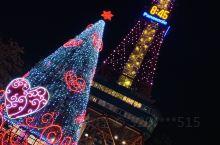 札幌电视塔 大通公园是札幌的地标了,也是很大的地铁换乘点。我很喜欢走出来看夜景、正值圣诞季红红绿绿很