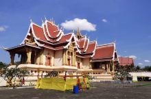 万象城外3公里远的塔銮寺是老挝的地标建筑,也是老挝的佛教圣地,主要包括了塔銮寺和三层高的塔銮塔,门票