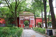 南岳庙位于衡山脚下,是南方最大的宫殿式古建筑群。南岳庙非常值得去浏览一番,因为它是佛教、道教和儒教三