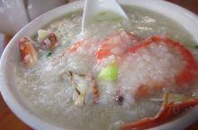 早餐在集市找了一家大排档,有粥有炒粉的,点了一碗海鲜粥一碗猪杂粥,不贵,海鲜粥就是虾和蟹,靠海吃海不