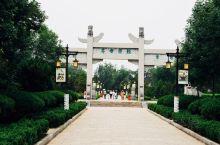 龙亭公园是开封面积最大的公园,也是每年开封菊展的主会场,数千种特色品种菊花争奇斗艳。当然除此之外,还