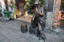 广西北海老街边的十余组雕塑,每组雕塑都有文字介绍。人们徜徉在古色古香的老街时驻足欣赏形态各异的雕塑,